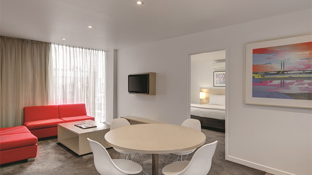 Dining Area Room Travelodge Melbourne Docklands VIC